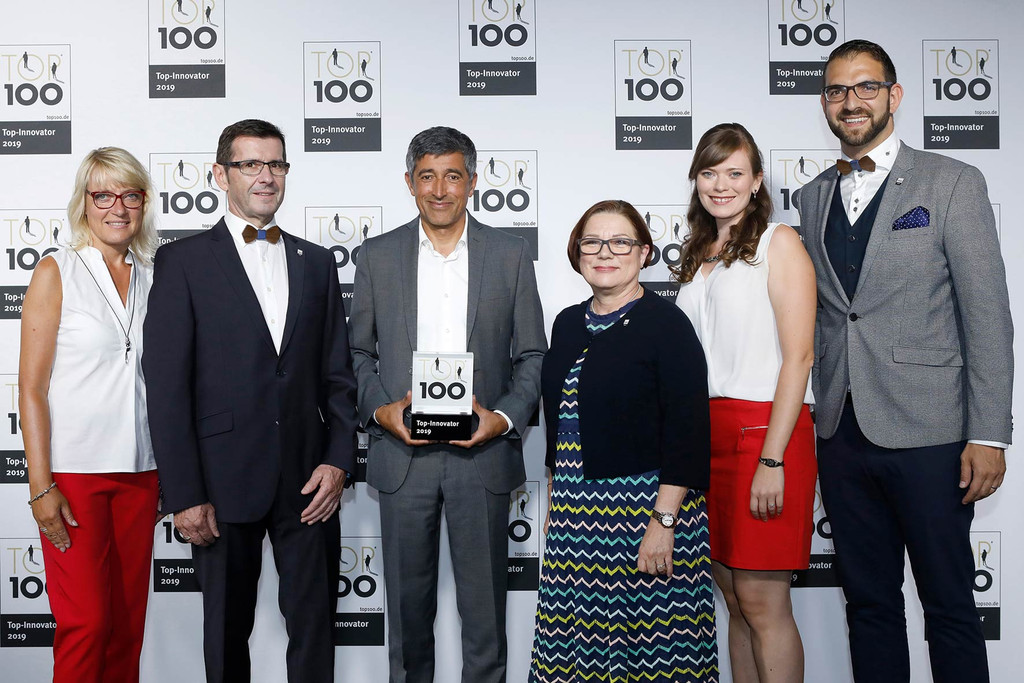The MCD delegation around CEO Bruno Hörter (2nd from right) with TOP 100 mentor Ranga Yogeshwar and the coveted trophy.